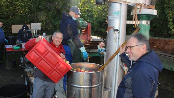 Drei Tonnen Äpfel zu Saft gepresst: Feuerwehr Hedersdorf feiert Apfelfest