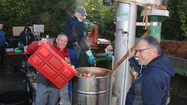 Drei Tonnen Äpfel wurden in Hedersdorf zu Saft verarbeitet. Insgesamt sieben Helfer waren ständig an der mobilen Apfelpresse am Feuerwehrhaus beschäftigt.