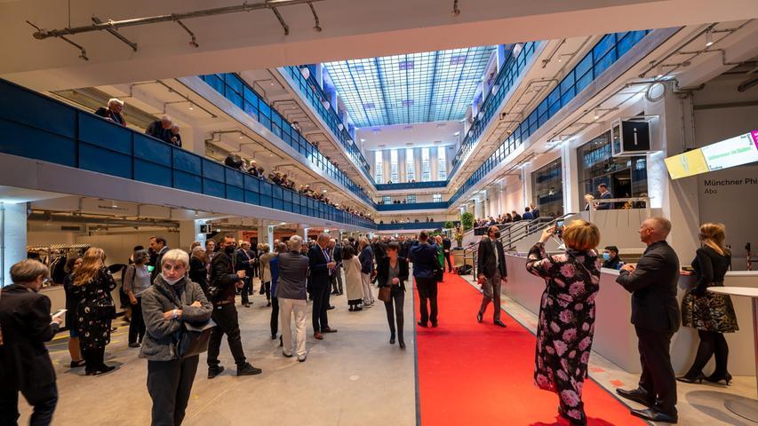 In München wurde für knapp über 40 Millionen Euro ein Interimskonzertsaal erstellt. Ein Vorbild für Nürnberg? Die Isarphilharmonie ist ein Konzertsaal und kein Opernhaus, das Bühnen benötigt. Das Foyer musste aber nicht erstellt werden, das konnte von einem nicht mehr genutzten, älteren Industriebau verwendet werden.