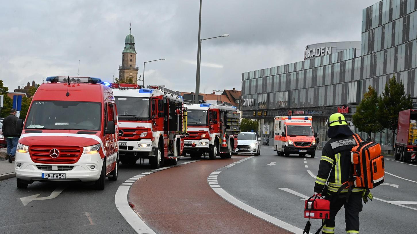 Weil eine Person auf dem oberen Parkdeck der Arcaden Hilfe benötigte, waren Feuerwehr, Rettungsdienst und Polizei im Großeinsatz. Die Güterbahnhofstraße war komplett gesperrt.