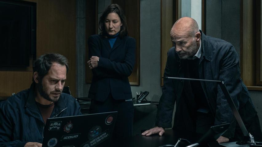 Moritz Bleibtreu mit Marie Leuenberger undHeiner Lauterbach in einer Szene der Thrillerserie