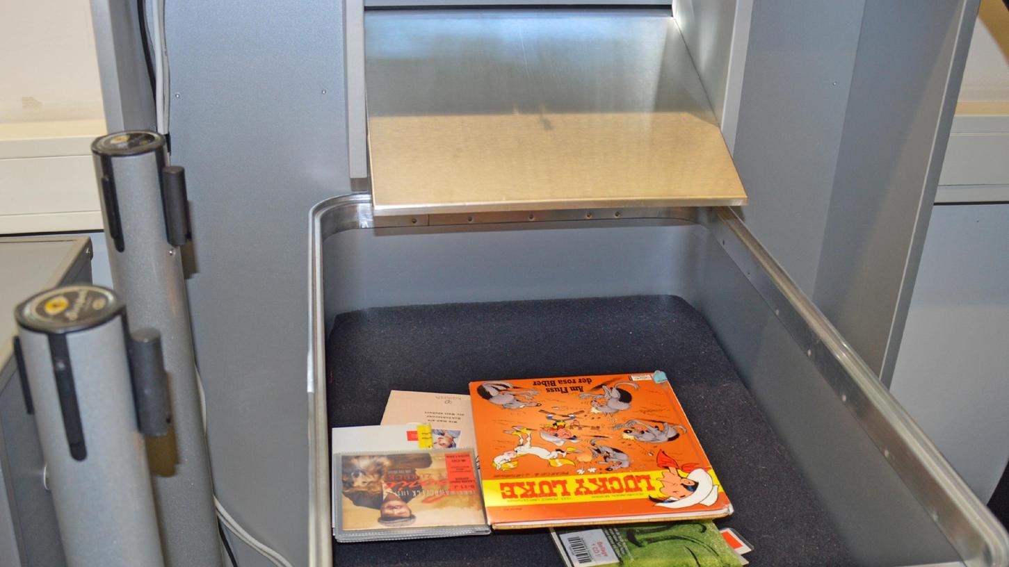 Der Rückgabeautomat in der Schwabacher Stadtbibliothek von innen gesehen. Bücher können hier rund um die Uhr zurückgegeben werden.