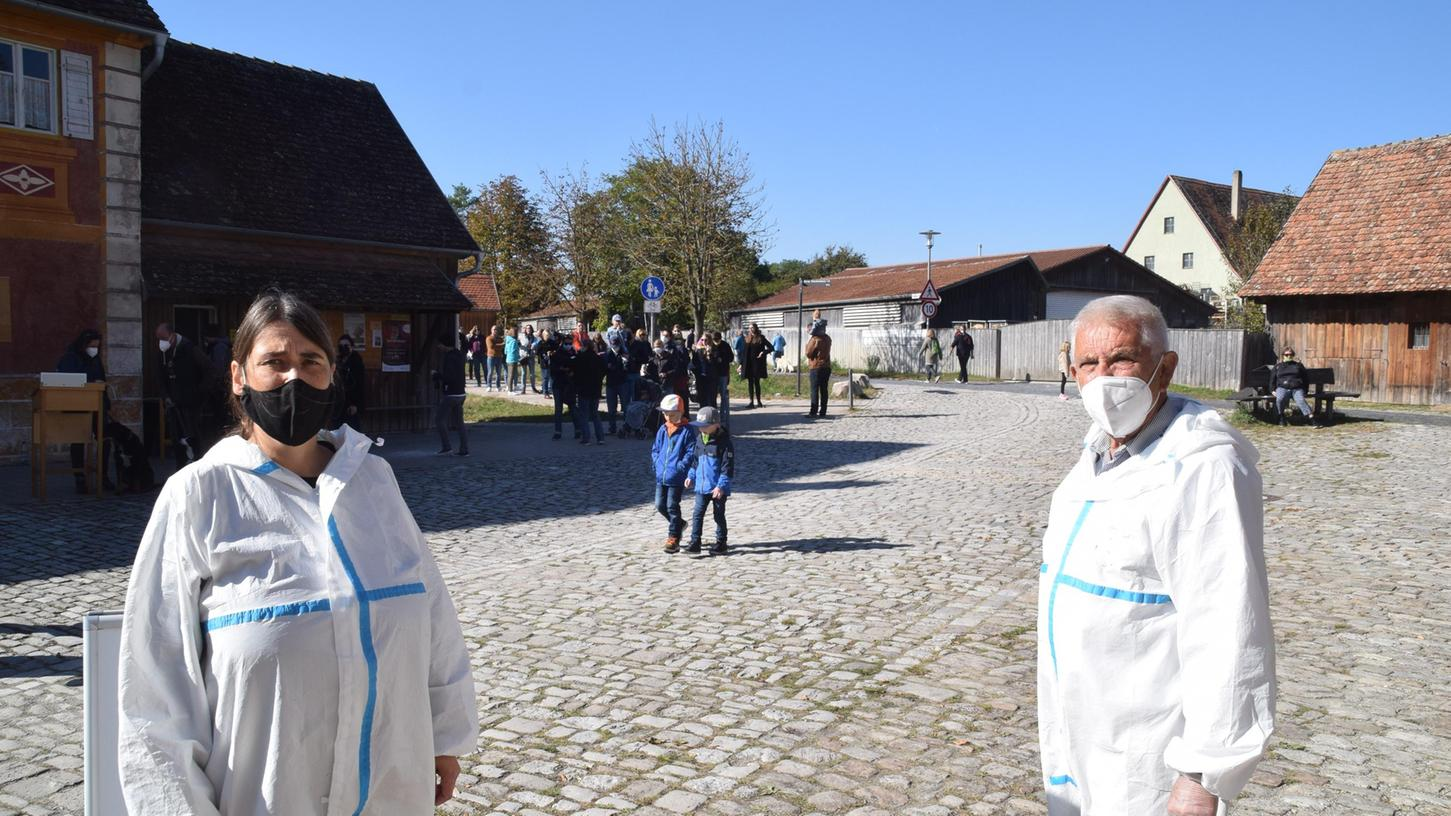 Sabine Jaeger und Hermann Limbacher mit der langen Warteschlange vor dem Eingangsbereich des Freilandmuseums.