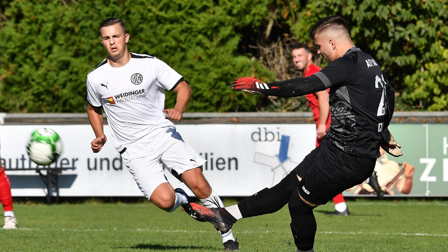 09.10.2021 --- Fussball Amateurfussball --- Saison 2021 2022 --- Landesliga --- 12. Spieltag: 1. FC Herzogenaurach - ASV Vach --- Foto: Sport-/Pressefoto Wolfgang Zink / WoZi  --- Philipp Denk (7, 1. FC Herzogenaurach  ) Enis Izbudak (25 ASV Vach , rechts )