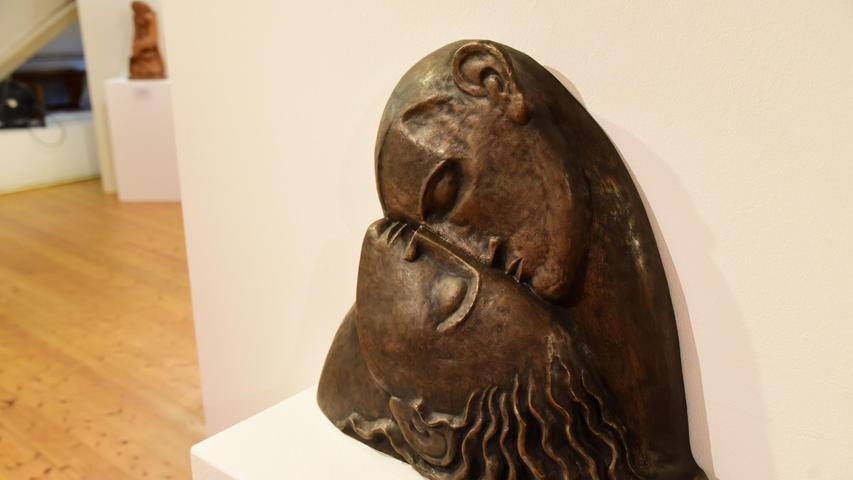 Intime Begegnung zwischen Mann und Frau: Die Bronzeskulptur