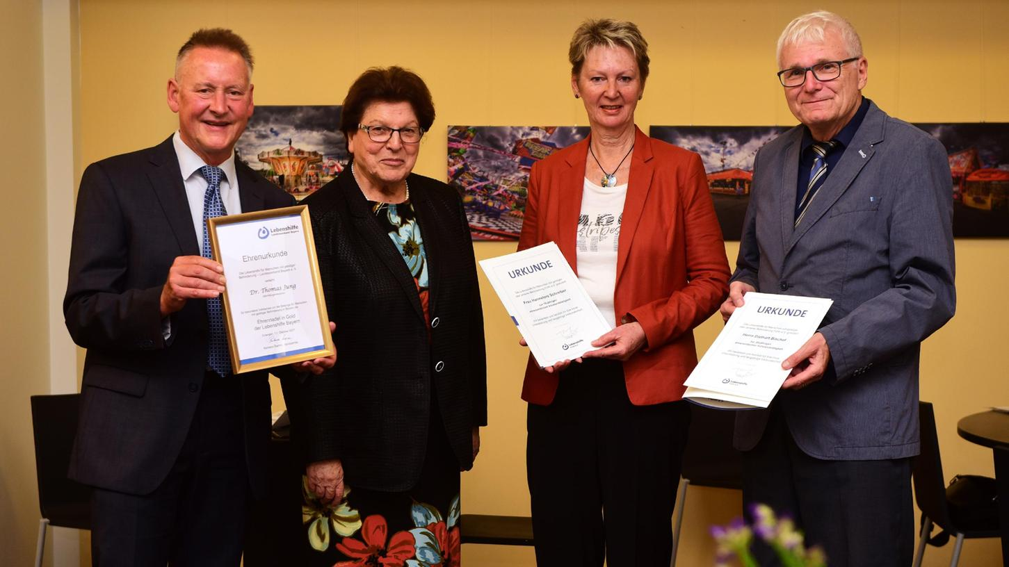 Thomas Jung (von links) bekamvon der Landesvorsitzenden Barbara Stammdie goldeneEhrennadel überreicht.Hannelore Schreiber wurdefür 10 Jahre, Diethart Bischof für 20 Jahre Vorstandsarbeit geehrt.