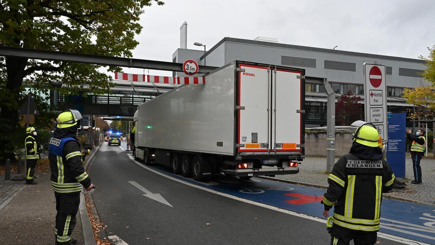 Ein LKW ist an der Brücke zwischen den Gebäuden der Uni-Klinik in der Neuen Straße hängen geblieben.