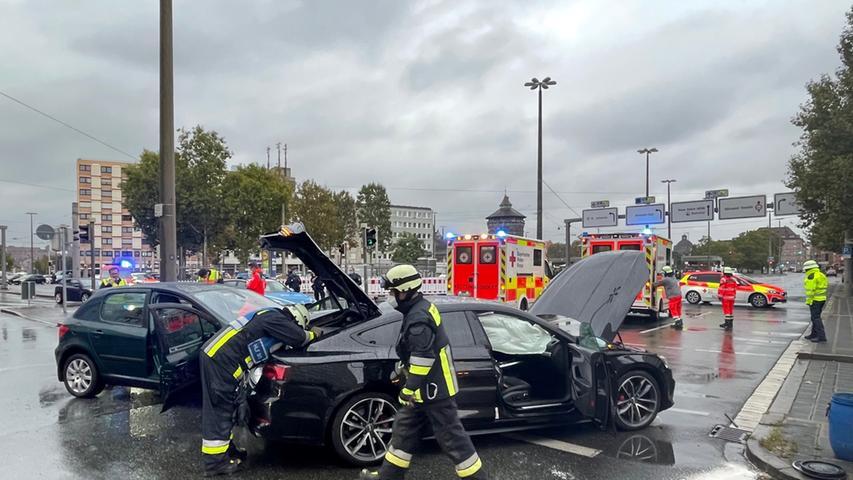 Es kam zu einer Kollision im Bereich einer Kreuzung, bei der zwei Fahrzeuge zusammenstießen.