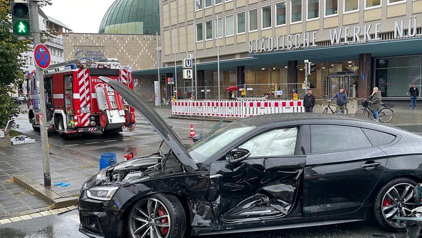 Aufgrund eines Staushabe ein Pkw im Kreuzungsbereich halten müssen und ein entgegenkommender Fahrer sei aus bislang unbekannter Ursache frontal mit dem stehenden Wagen kollidiert, wie die Polizei mitteilt.