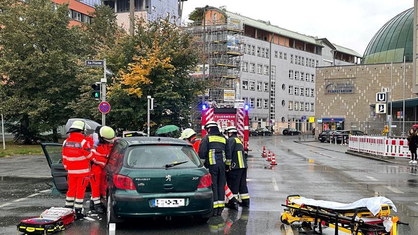 Auch Feuerwehr und Rettungskräfte sind vor Ort.