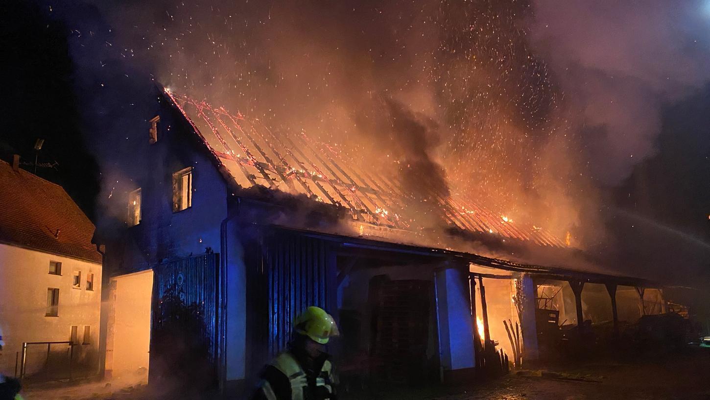 Zu einem Großbrand ist es am Dienstagabendin Herpersdorf im Landkreis Erlangen-Höchstadt gekommen.