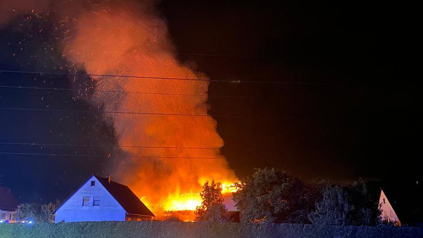 Lagerhalle auf Hopfenbetrieb in Herpersdorf stand in Flammen