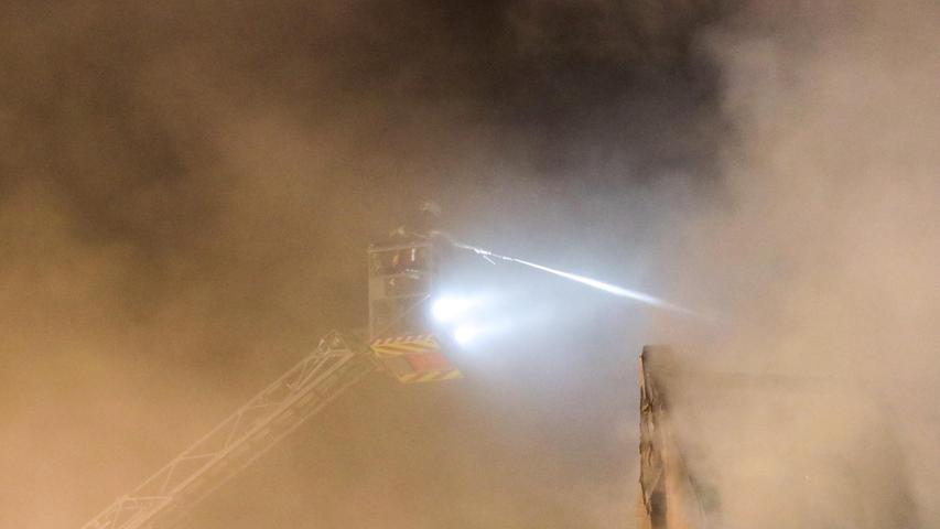 Torsten Hanspach (tha):  Bei einem Großbrand im Eckentaler Ortsteil Herpersdorf ist am Dienstagabend eine Scheune mit einer Hopfentrocknungsanlage zerstört worden. Bereits beim Eintreffen der ersten Einsatzkräfte stand das Gebäude laut Feuerwehr-Pressesprecher Sebastian Weber in Vollbrand, schlugen Flammen aus dem Dach. Durch einen massiven Löschangriff aus zahlreichen Strahlrohren sowie von zwei Drehleitern aus konnte die Feuerwehr zumindest ein Übergreifen auf benachbarte Gebäude verhindern, für die durch die Hitzestrahlung und Funkenflug akut Gefahr bestand. Die anliegenden Bewohner des Ortes wurden evakuiert und vom Rettungsdienst vorsorglich untersucht. Glücklicherweise kamen keine Personen zu Schaden. (...)