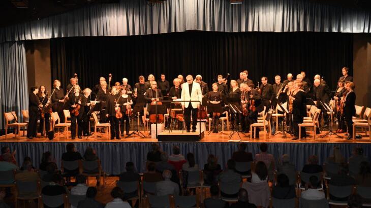 Der Schwaiger Horst Günter Lott leitet das Fürther Kammerorchester, das coronabedingt länger nicht proben konnte. Umso überzeugender war sein Auftritt mit Filmmelodien in der Röthenbacher Karl-Diehl-Halle.