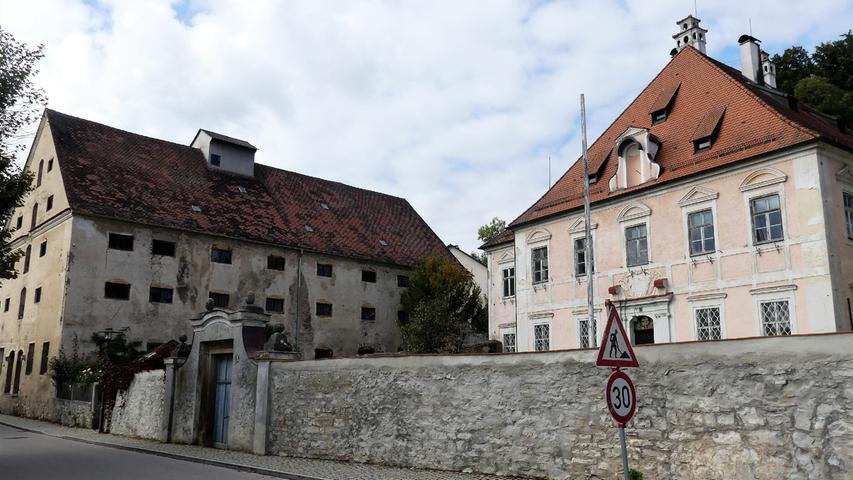 Klassische Beispiele dafür, warum es die Gestaltungssatzung in Breitenbrunn noch braucht, sind der mächtige Zehentstadel (Kasten) und das danebenliegende Gumppenberg Schloss in der Von-Tilly-Straße, die seit vielen Jahren ein trauriges Dasein fristen.