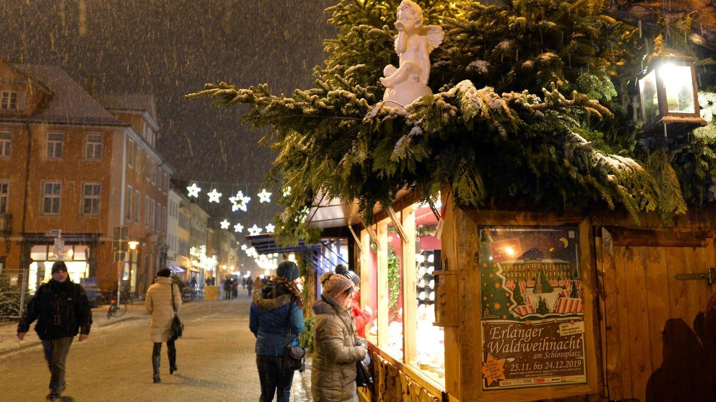 Die Erlanger Waldweihnacht auf dem verschneiten Schlossplatz: In diesem Jahr soll sie wieder stattfinden, obwohl die Corona-Pandemie noch nicht vorbei ist.