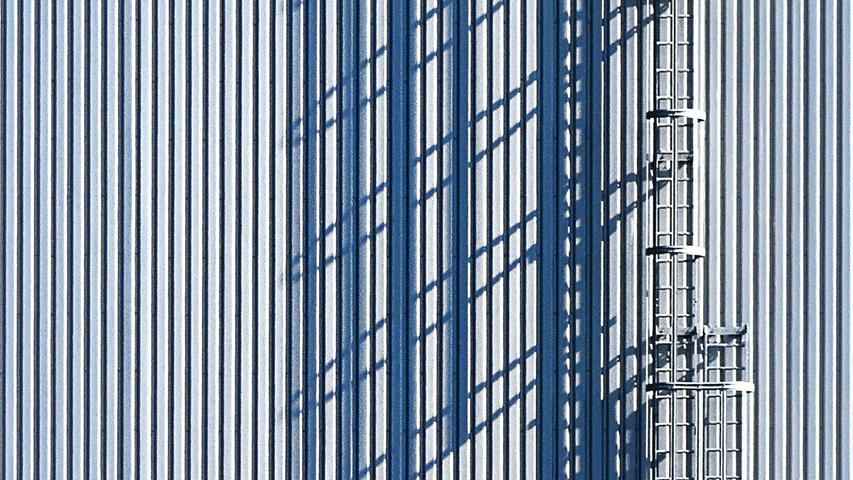 Die tief stehende Herbstsonne macht es möglich: die Feuerleiter an einem Gebäude des Nürnberger Flughafens wirft einen langen Schatten und bildet eine interessante Struktur auf der Hauswand.