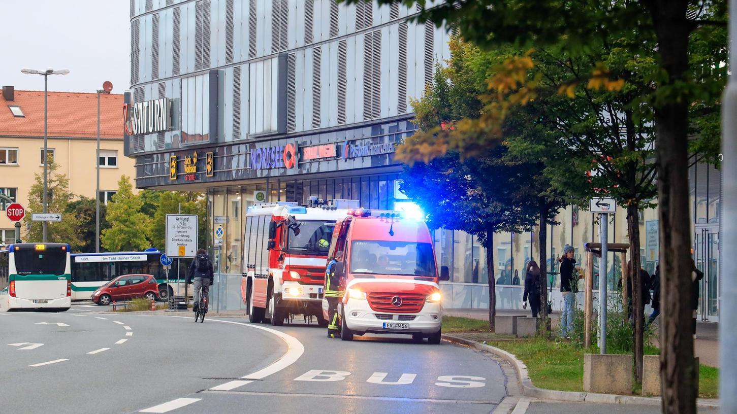 Gleich zweimal innerhalb weniger Minuten musste die Erlanger Feuerwehr am Mittwochmorgen ausrücken. Unter anderem zu den Erlangen Arcaden, wo ein Gaswarnmelder im Untergeschoss ausgelöst hatte.