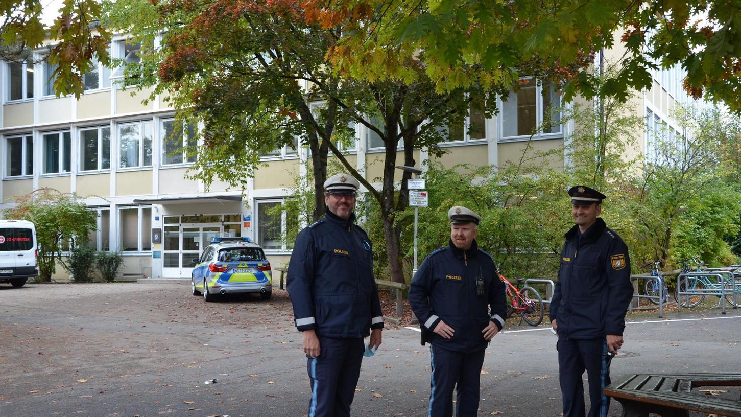 Nachdem Impfgegner vorab Protestgegen die Impfaktion an den Schwabacher Gymnasien angekündigt hatte, war auch die Polizei vor Ort.