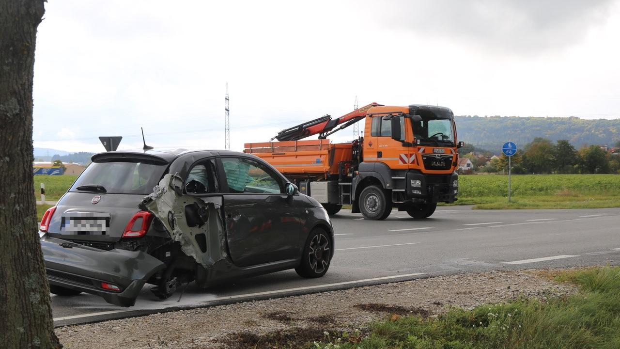 Ein Lkw und ein Fiat 500 stießen im Kreuzungsbereich Freystädter/Staufer Straße zusammen.