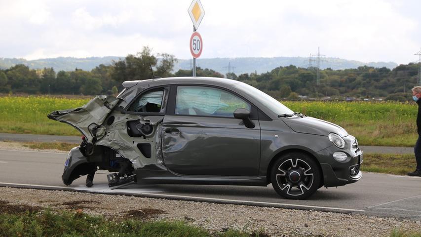 Bei der Kollision wurde das Auto heftig lädiert.