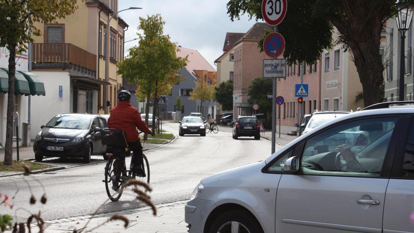 Für Fahrradfahrer und Fußgänger ist der derzeitige Zustand der Weißenburger Straße nicht zufriedenstellend. Eine Lösung könnte eine Einbahnstraßenregelung sein, die stößt allerdings bei vielen auf Kritik.