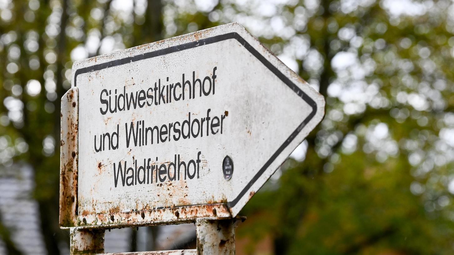 Ein Schild weist auf den Südwestkirchhof Stahnsdorf und Wilmersdorfer Waldfriedhof hin.