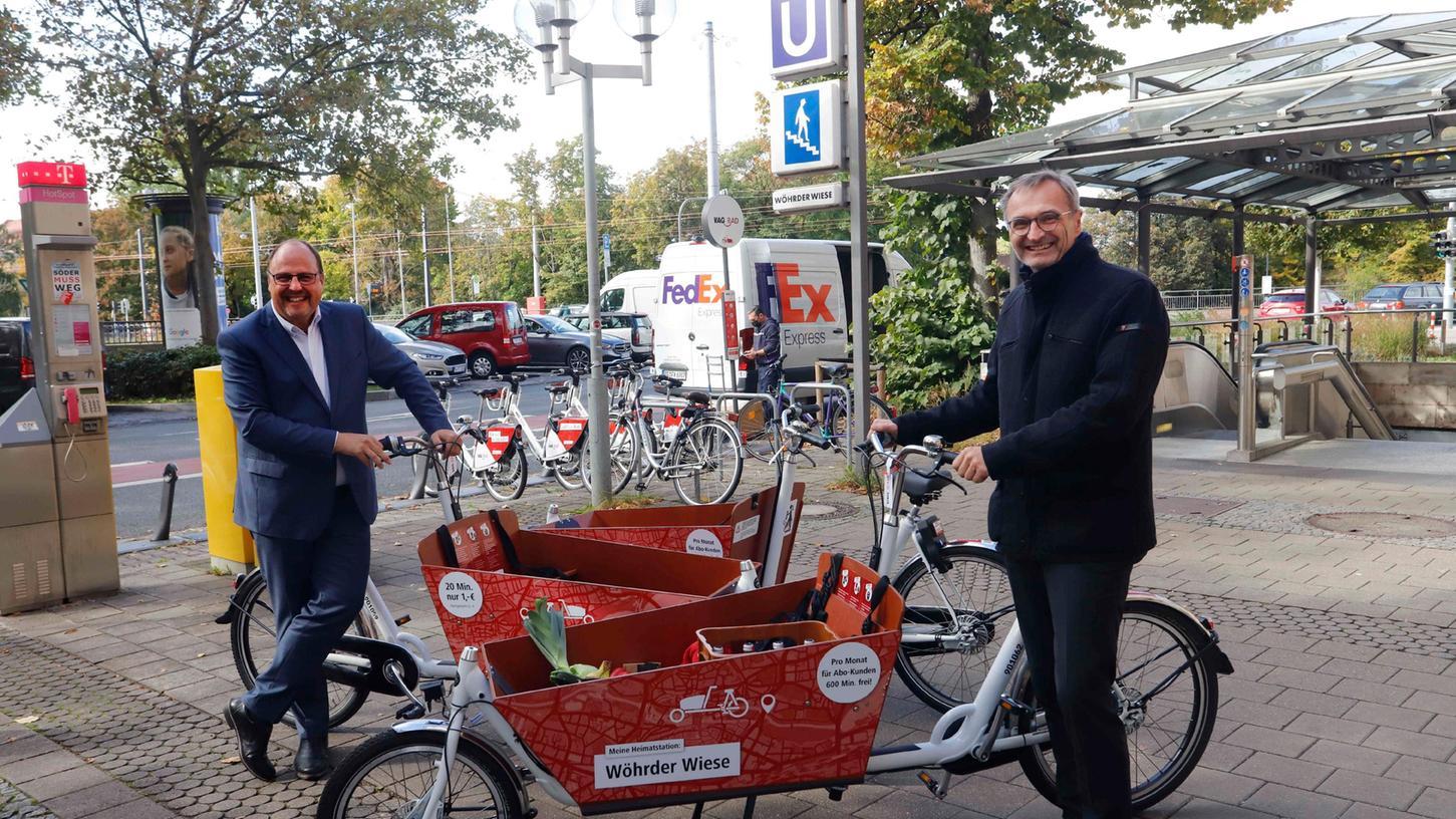 An zehn Stationen können Nutzerinnen und Nutzer künftig die Lastenräder der VAG ausleihen. Vorgestellt wurden sie von Bürgermeister Christian Vogel (li.)und Josef Hasler, Vorstandsvorsitzenderder VAG.