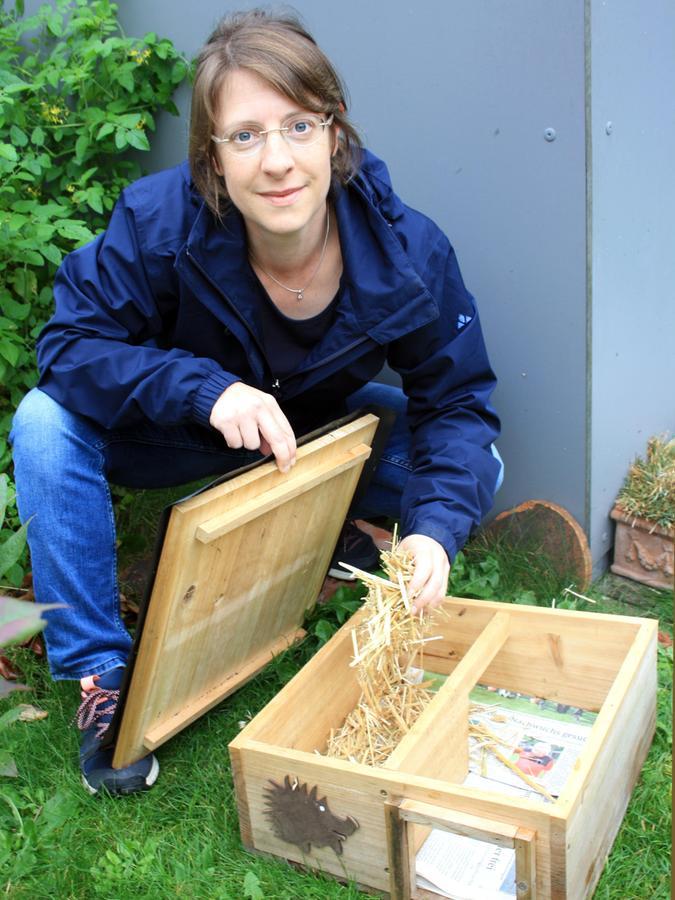 Marietta Müller hat in ihrem Garten ein Igelhaus aufgestellt.