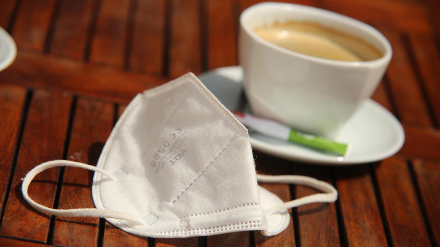 In der Gastronomie reichen Masken bald nicht mehr aus. Ab Dienstag müssen ungeimpfte Mitarbeiter sich außerdem regelmäßig auf Corona testen lassen.