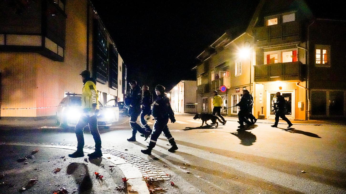 Polizisten ermitteln im Zentrum von Kongsberg nach einer Gewalttat.