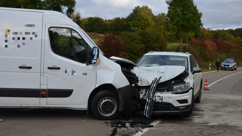 Schwerer Unfall auf der Staatsstraße zwischen Heidenheim und Ostheim: Vier Menschen wurden dabei verletzt, der Fahrer des VW Tiguanschwer.