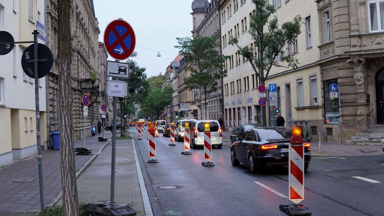 Die linke Fahrspur der Nürnberger Straße ist gesperrt, auch die angrenzenden Stellplätze fallen vorübergehend weg.
