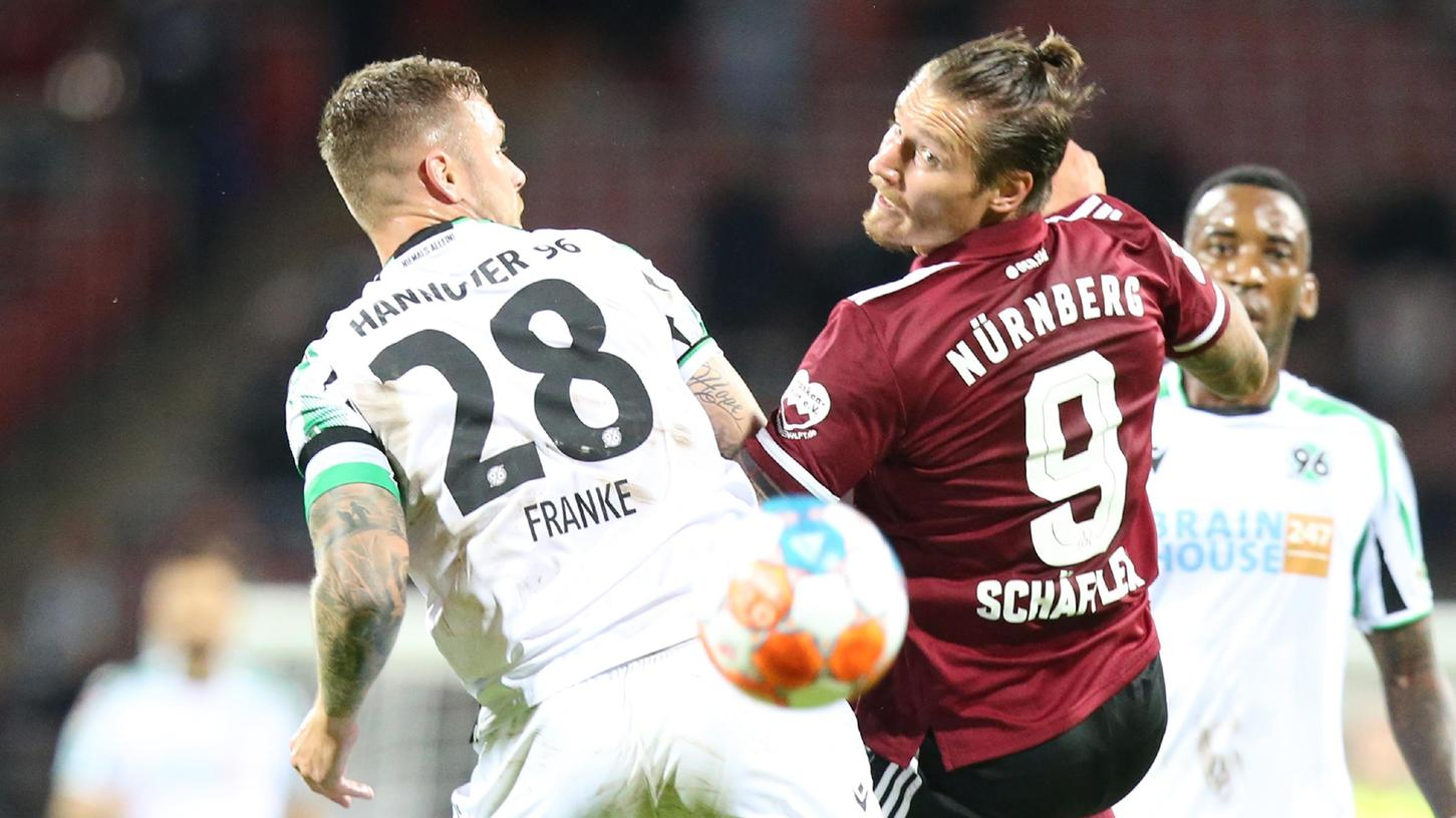 """""""Zwei Minuten später waren wir einer weniger"""": Manuel Schäffler (re.) bei seinem Kurzeinsatz gegen Hannover."""