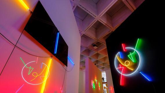Kunst, die leuchtet, im Neuen Museum Nürnberg