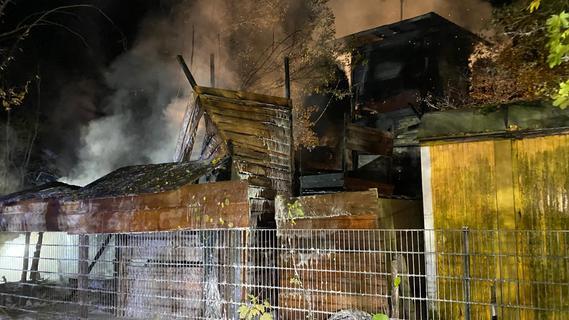 War es Brandstiftung? Zehn Hütten auf Erlanger Spielplatz in Flammen