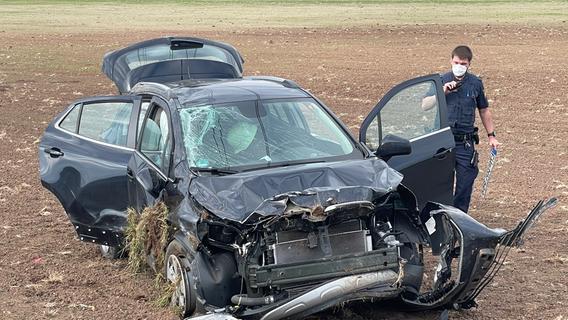 Landkreis Fürth: Auto überschlägt sich und landet in Acker