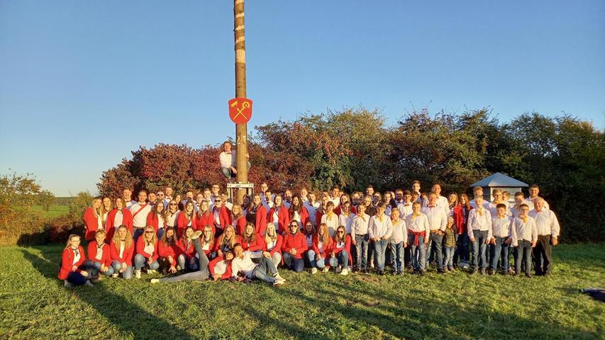 Endlich vereint: Erster gemeinsamer Kerwabaum in Mitteleschenbach
