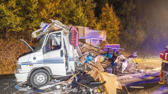 Trümmerfeld auf der A70: 40-Tonner rauscht ungebremst in Wohnmobil