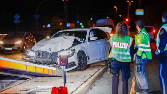 Alkoholisiert am Steuer: BMW kracht gegen Ampel und Laterne