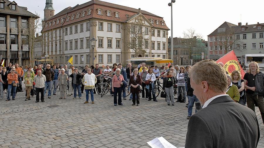 Pfarrer Johannes Mann (im Vordergrund) verlangte auf der Kundgebung die Rückkehr zu einem gesellschaftlichen Konsens in der Frage einer verantwortbaren Energieerzeugung. Die Atomkraft lehnt er kategorisch ab.