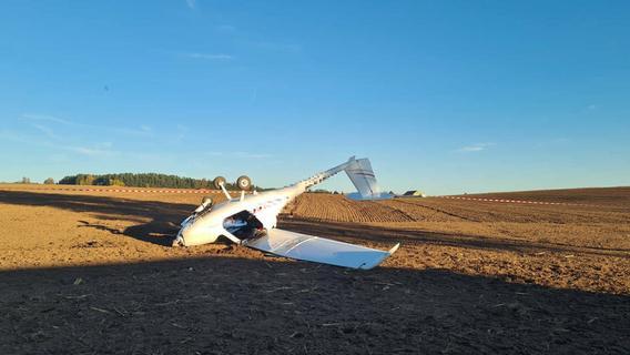 Notlandung: Motorflugzeug überschlägt sich und bleibt in der Oberpfalz auf dem Dach liegen