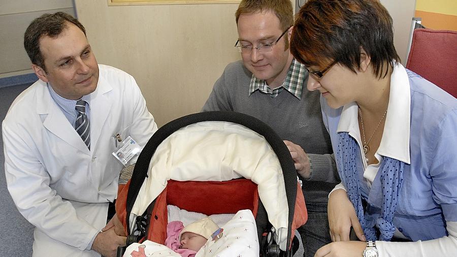 Selig schläft die Hauptperson: die kleine Franziska mit ihren Eltern Stefan und Eva-Maria und dem Herzchirurgen Professor Robert Cesnjevar, der mit seinem Team die neue Behandlungsmethode entwickelt hat.