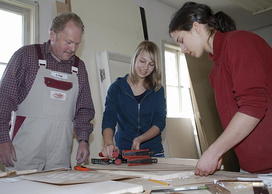 Larissa Ilgner (Mitte) testete am Girls' Day ihr handwerkliches Geschick. Schreinermeister Hermann Popp und die Auszubildende Nadine Nerreter leisteten Hilfestellung.
