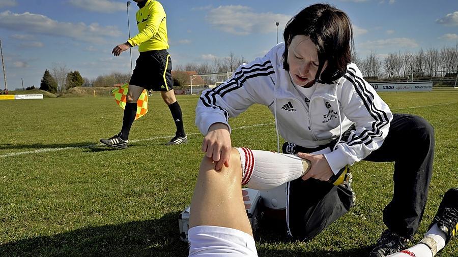 Nadine Jezmann vom TSV Buch im Einsatz: Die 27-Jährige kennt sich aus mit der Angst der Fußballer vor Schmerzen.