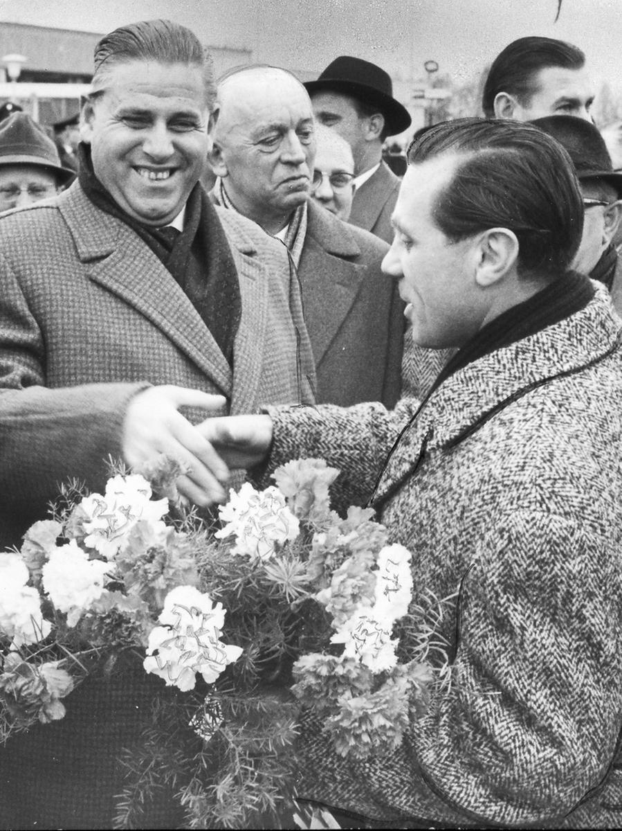 26.02.1962: Europapokal der Landesmeister, 1. FC Nürnberg  gegen Benfica Lissabon. Oberbürgermeister Dr. Urschlechter war mit den Repräsentanten der im Stadtrat vertretenen Fraktionen zum Empfang erschienen. Auf unserem Bild links drückte er eben Max Morlock die Hand, nachdem dem Clubkapitän vorher Blumen überreicht worden waren.