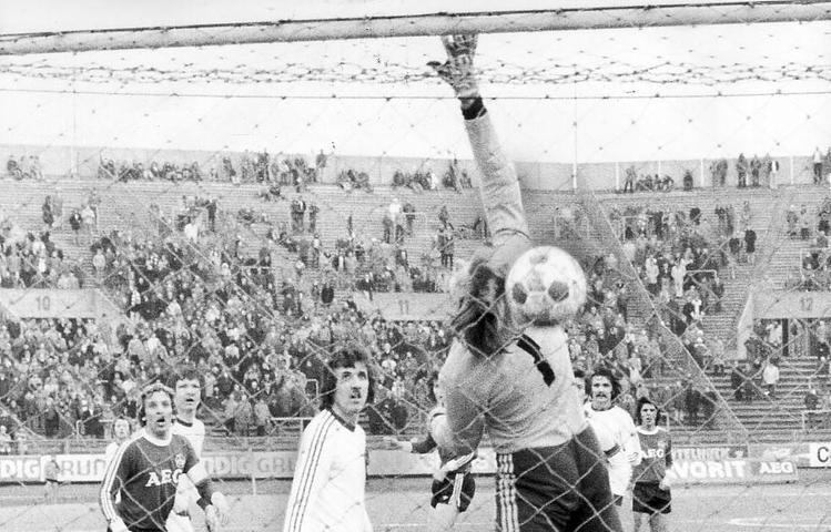 Es folgte ein quälend langer Zwangsaufenthalt in der 2. Liga. Doch auch dort bekamen die Club-Fans spektakuläre Tore zu sehen. Walitzas Treffer unter Zuhilfenahme der Unterkante der Latte zählte 1976 beim 3:1-Heimerfolg gegen den FSV Mainz 05.