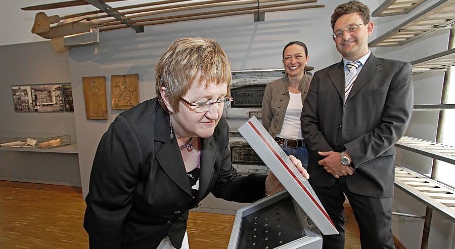 Immer der Nase nach: Fürths Kulturreferentin Elisabeth Reichert genehmigt sich eine Dosis Bäckereiduft. Ihr zur Seite stehen Fördervereinschefin Maria Ludwig und Museumsleiter Martin Schramm.