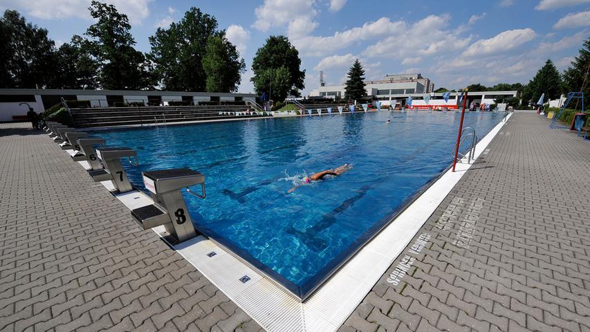 Die Öffnungszeiten im Clubbad sind vom Wetter abhängig: Wer hier baden will, sollte lieber vorher anrufen. Es liegt neben dem Trainingsgelände des 1. FC Nürnberg. Das Bad des Nürnberger Schwimmvereins