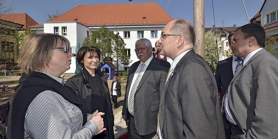 Susanne Sonat (li.), Leiterin des Kindergartens Mühlstraße, freut sich über die Sanierung ihrer Einrichtung. Mit von der CSU-Partie war die Kandidatin für das Zirndorfer Bürgermeisteramt, Adelheid Seifert (2. v. li.).